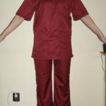 Costum medical bluza in V cu maneca scurta, pantalon in talie cu elastic si snur . Material tercot visiniu