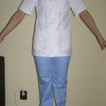 Costum medical, bluza cu maneca scurta cu nasturi, pantalon in talie cu elastic si snur. Material tercot