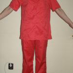 Costum medical bluza in V cu maneca scurta, pantalon in talie cu elastic si snur . Material tercot rosu